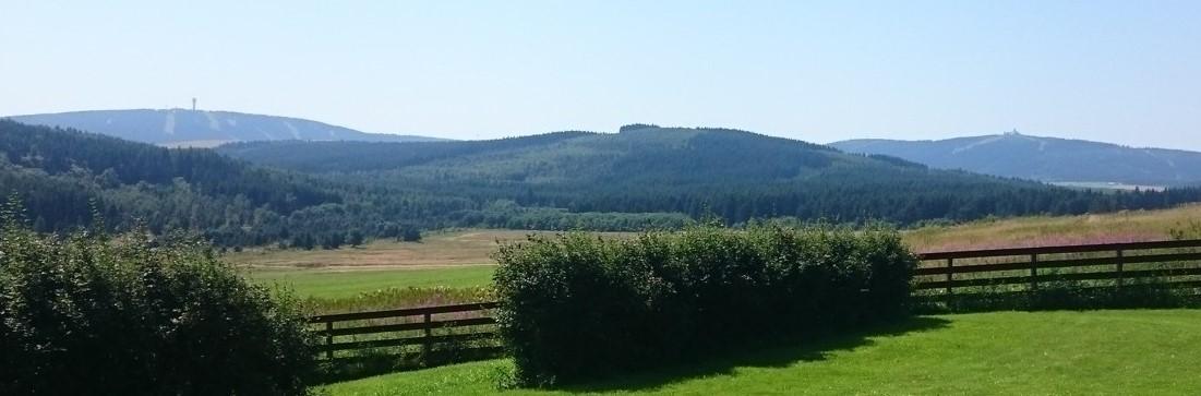 Pohled ze zahrady na Klínovec a Fichtelberg